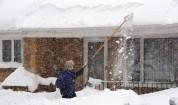 Хората започнаха да свалят тежкия сняг от покривите си