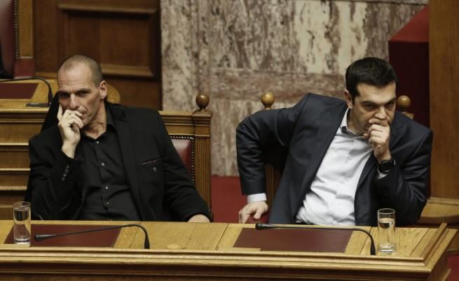 Гръцкият финансов министър Янис Варуфакис (л) и премиерът Алексис Ципрас (д)