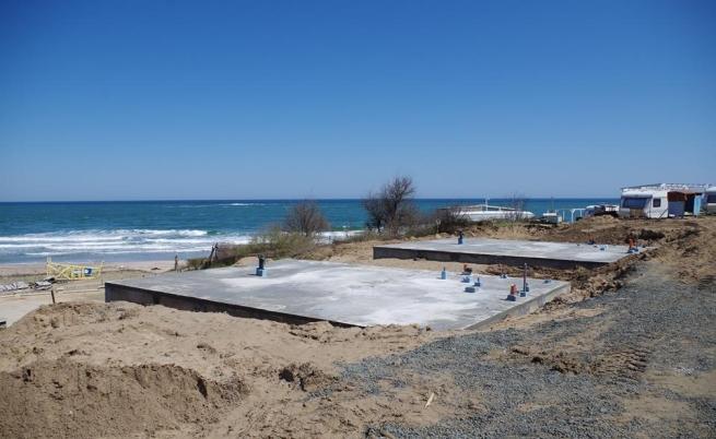 Бетонните плочи до плажа в залива Корал