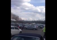 Великобритания: Самолет се разби на паркинг на автокъща