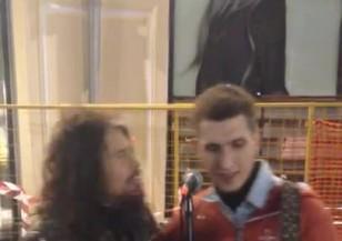 Стивън Тайлър пее с уличен музикант