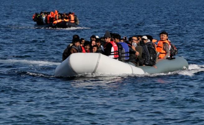 Хиляди бежанци дойдоха в Европа, прекосявайки с лодки разстоянието от Турция до гръцките острови
