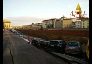 Дупка погълна 20 коли във Флоренция