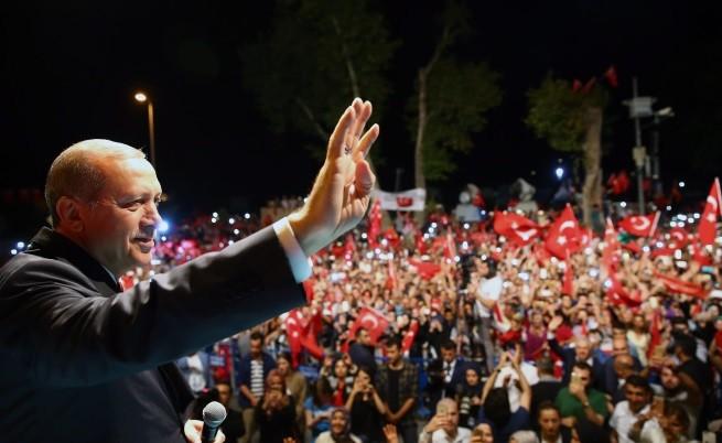 Турският президент Ердоган говори на митинга на свои привърженици в Истанбул, 18 юли
