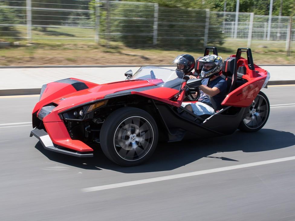 - Polaris Slingshot е резултат от бурната любовна връзка между мотоциклет и спортна кола. Триколесният открит роудстър е едновременно сюреалистичен и...