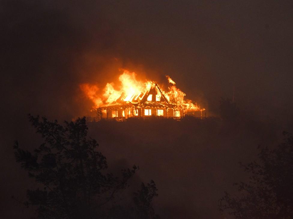 - Бедствено положение е обявено в Калифорния. В американския щат бушуват над 20 горски пожара