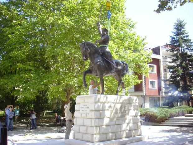 """- Нова иновативна скулптура ще поздравява местни и гости на град Добрич, пеейки стария химн """"Шуми Марица"""". Паметникът изобразява генерал Иван Колев..."""