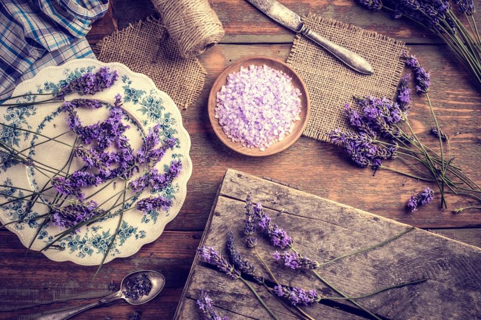 - Освен ароматерапевтичните му свойства, маслото от лавандула има широко приложение в грижата за косата и кожата. Използвайте масло от лавандула, ако...