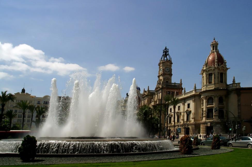 - 1. Валенския, Испания Туризмът в този град е процъфтяващ, пълно е с млади хора, красиви плажове а наемите достатъчно ниски, за да живеете там.