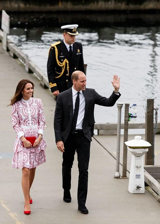 - Британският принц Уилям и съпругата му Кейт Мидълтън пристигнаха на второ официално посещение в Канада и бяха посрещнати от премиера Джъстин Трюдо на...