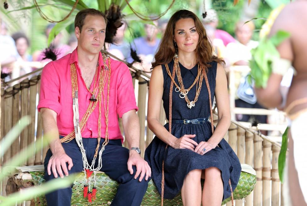 - Кейт Мидълтън и принц Уилям. Херцогът и херцогинята на Кеймбридж се сгодиха през октомври 2010г. по време на 10-дневно пътешествие сред дивата...