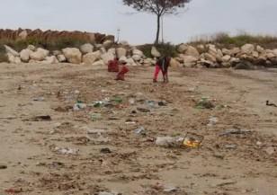 Морето изхвърли тонове боклук на варненския плаж