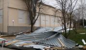 Отнесени покриви и дървета, хиляди без ток след бурята