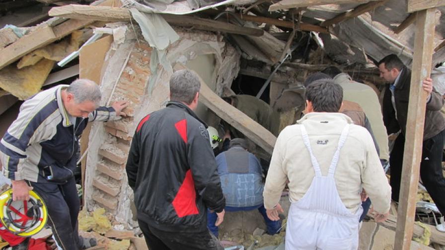 Две жени от срутената от взрив къща са настанени в болница