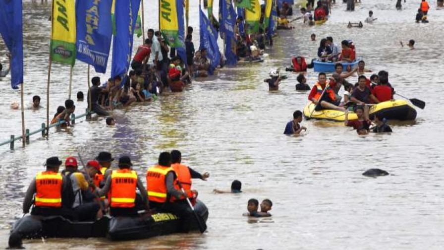 30 хил. души избягаха от домовете си заради наводненията в Джакарта