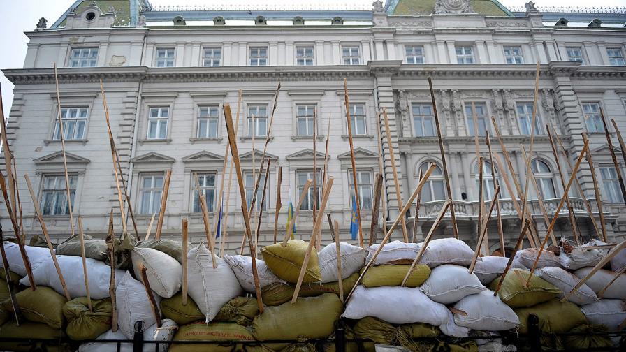 Барикада пред сградата на местната управа в Лвов, Украйна