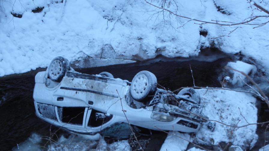 """""""Опел"""" падна в р.Бистрица от 10 м височина"""