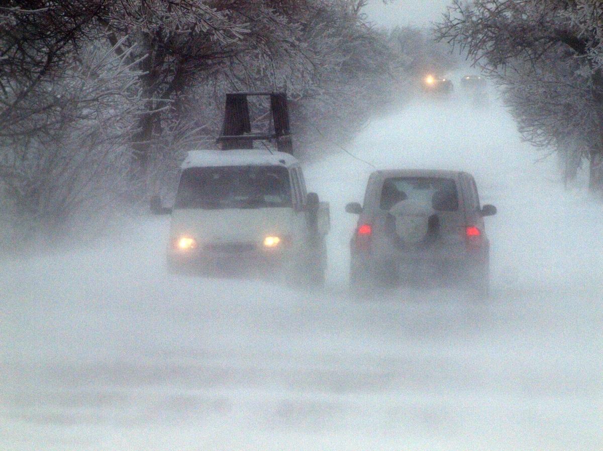 Тежка е обстановката във Варненска област заради обилния снеговалеж, придружен с вятър. Има закъсали автобуси и автомобили. Заради навявания, бяха затворени пътища в областта.