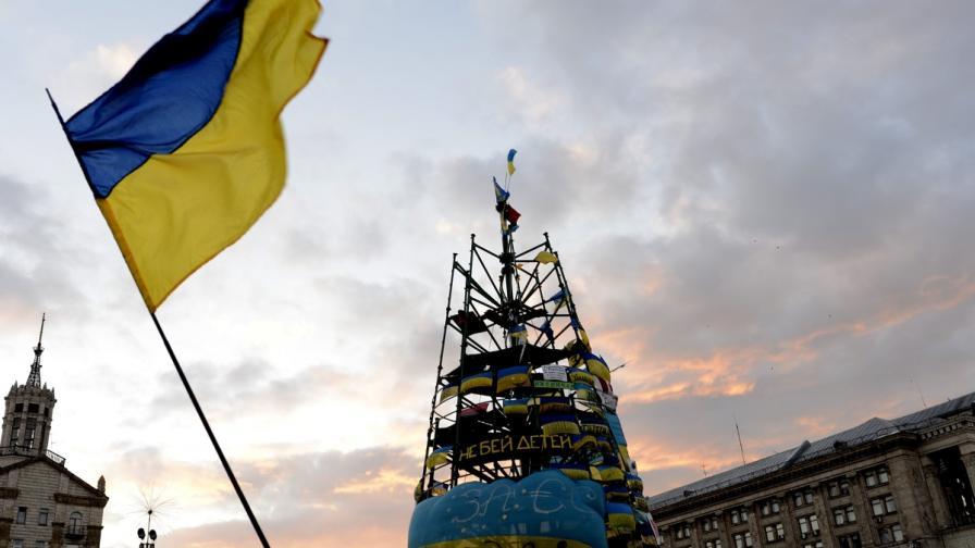 Така изглежда коледната елха на Киев - висока метална конструкция
