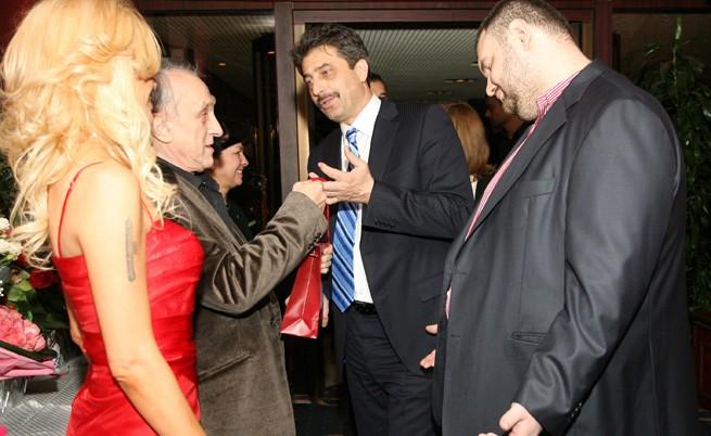 Цветан Василев и Делян Пеевски поднасят подарък на Тошо Тошев за рождения му ден, 7 декември 2010 г.
