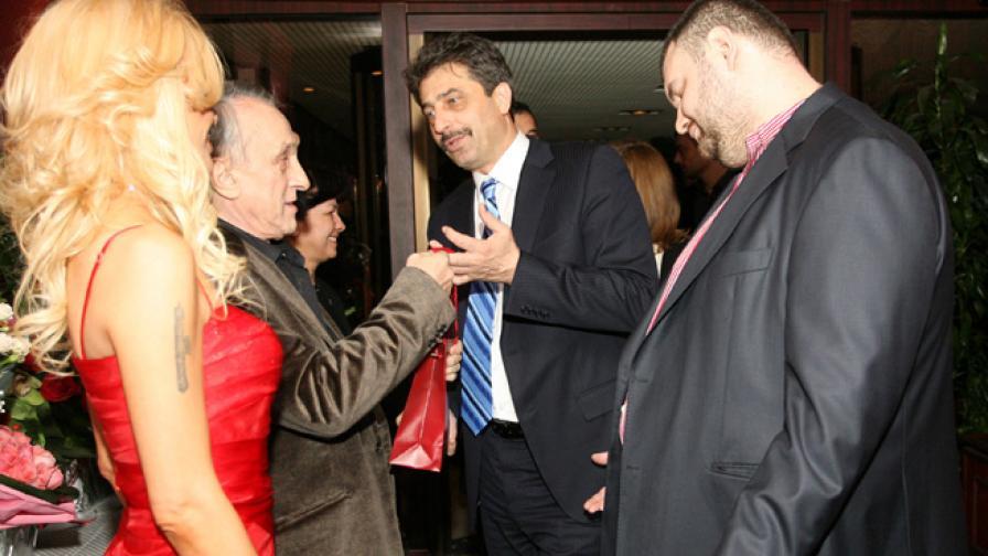 Цветан Василев и Делян Пеевски поднасят подарък на Тошо Тошев за рождения му ден, 07.12.2010 г.