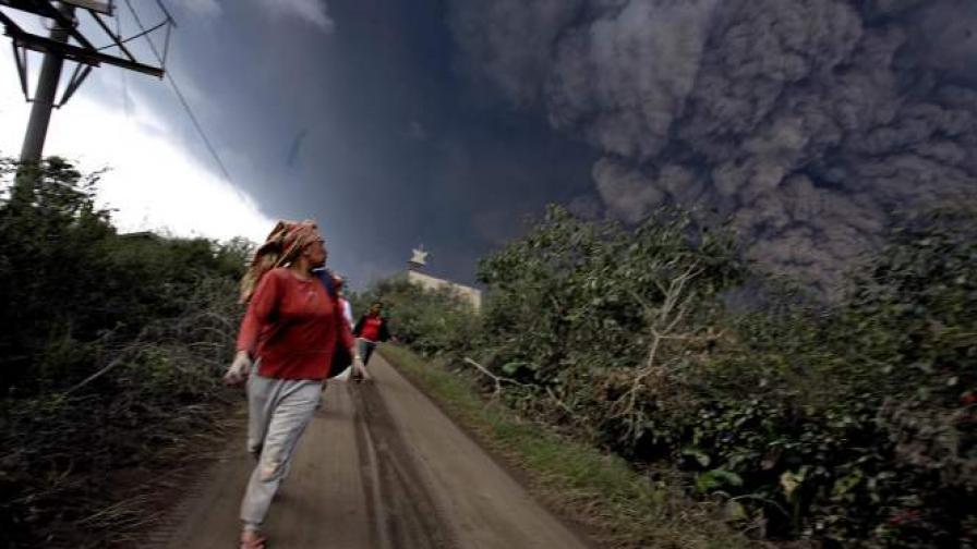 Вулкан изригна в Индонезия и взе 11 жертви