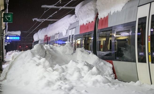 Покрит със сняг влак на гара в Източен Тирол, Австрия