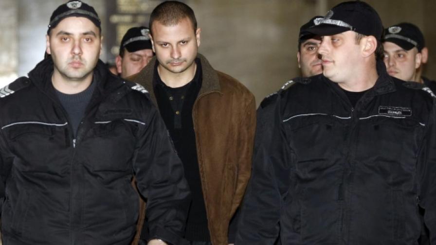 Марио Любенов, воден от полицаи