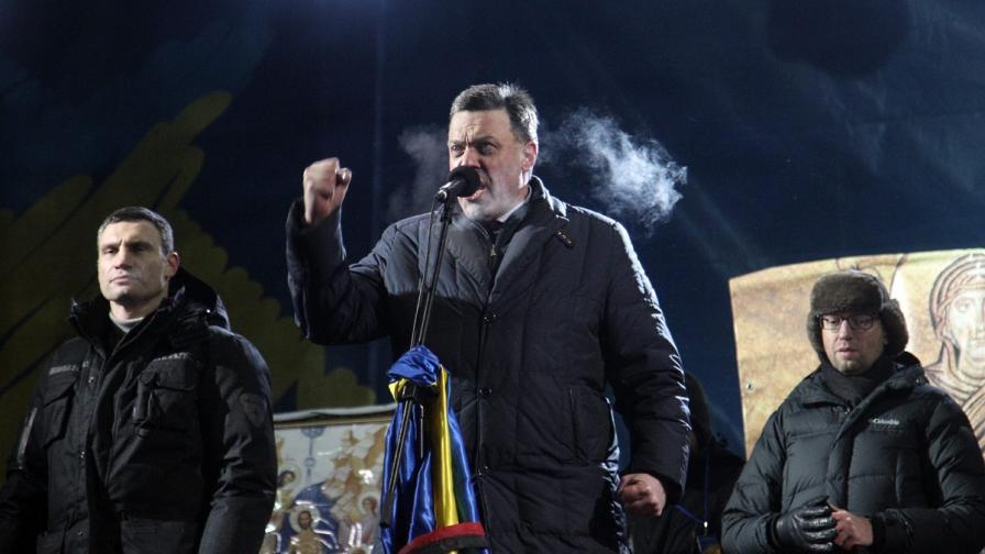 Украинските опозиционни лидери Виталий Кличко (вляво), Олег Тянибок (в средата) и Арсений Яценюк