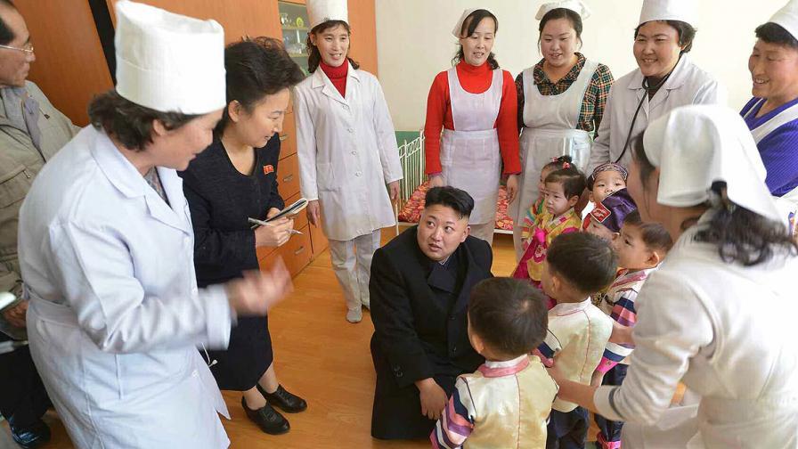 Ким Чен-ун посети дом за сираци в Пхенян и обеща на децата риба и плодове