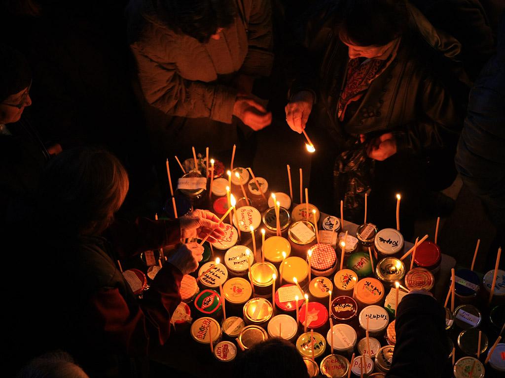 """Хиляди буркани с мед и горящи свещи се нареждат във формата на Светия кръст в почит на свети Харалампий. Ритуалът е уникален и се прави само в благоевградския храм """"Въведение Богородично""""."""