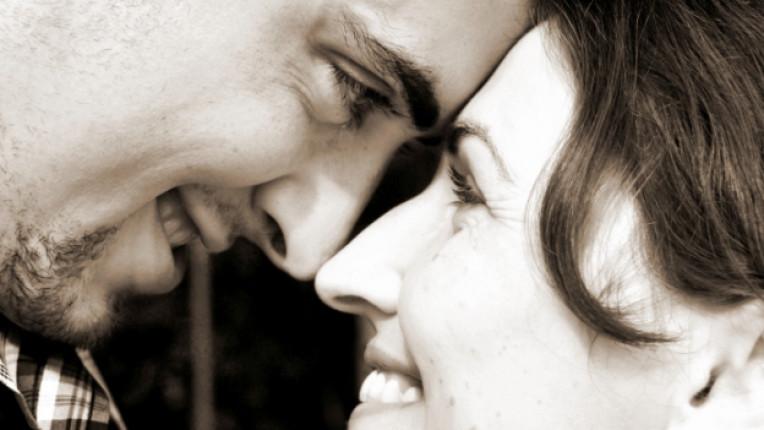 мъж жена целувка любов щастие