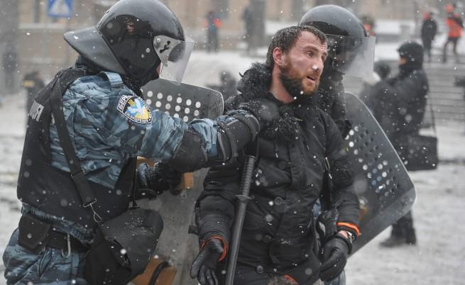 Пуснаха от ареста всички задържани за масовите протести в Киев без един