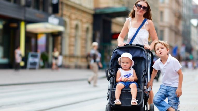 деца количка майка