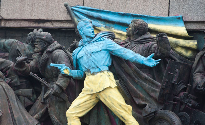 Паметникът на Съветската армия - този път в цветовете на Украйна
