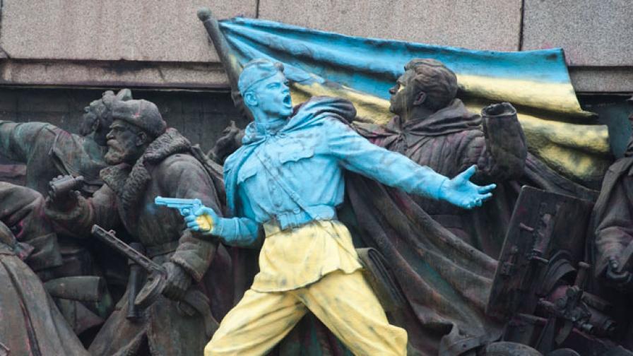 Паметникът на Съветската армия в цветовете на Украйна