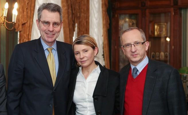 Юлия Тимошенко с посланика на САЩ в Киев Джефри Пайет (вляво) и ръководителя на делегацията на ЕС Йан Томбински