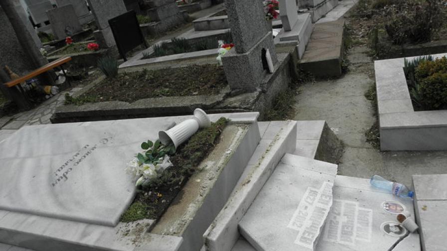 Вандали вилняха в гробищата в Благоевград