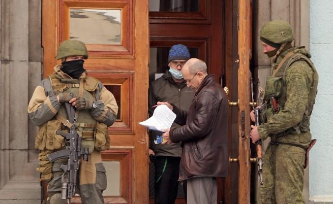 Украински  бойни кораби  напускат Севастопол