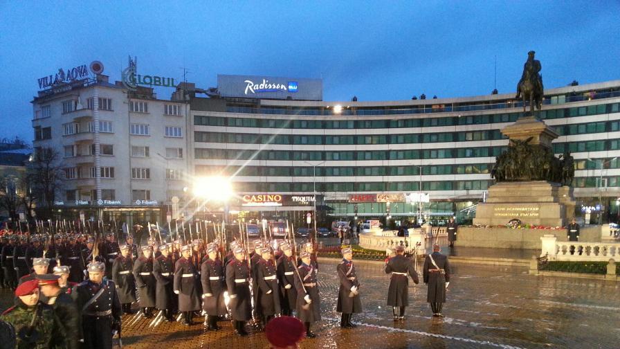 Пред Народното събрание в София започна кулминацията на тържествата за отбелязване на 136-ата годишнина от Освобождението на България
