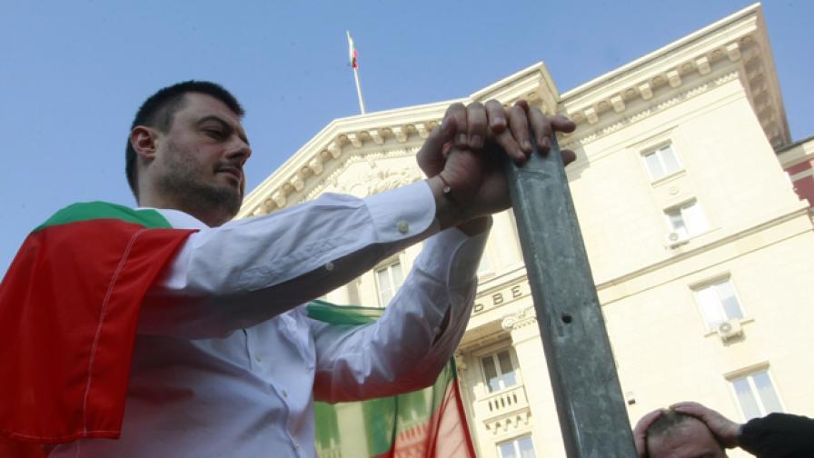 Николай Бареков и Красимир Каракачанов на протест пред Министерски съвет