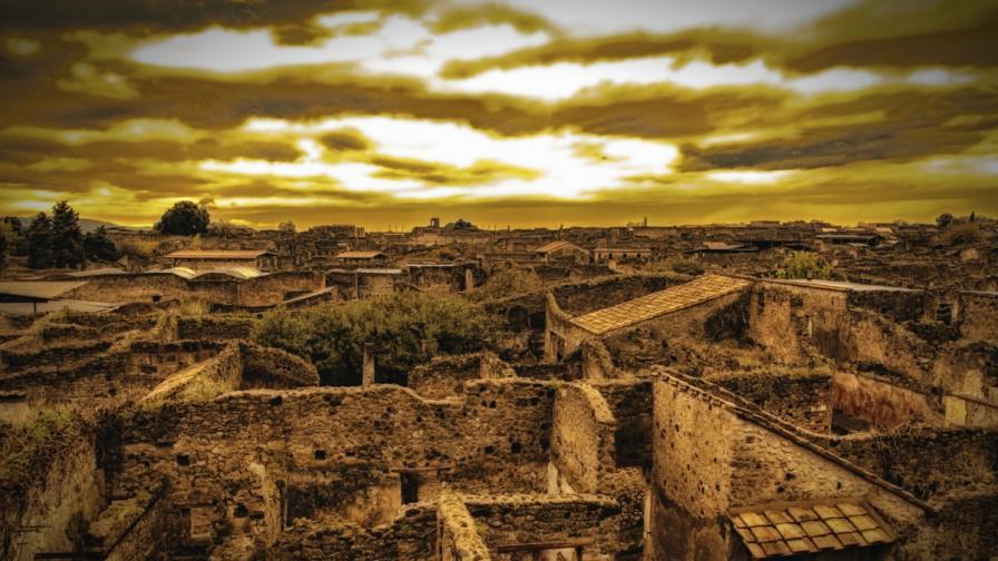 Помпей е погребан от изригването на вулкана Везувий през 79 г.