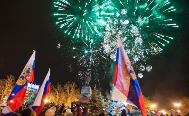 Проруски настроени демонстранти празнуват в Крим резултатите от референдума