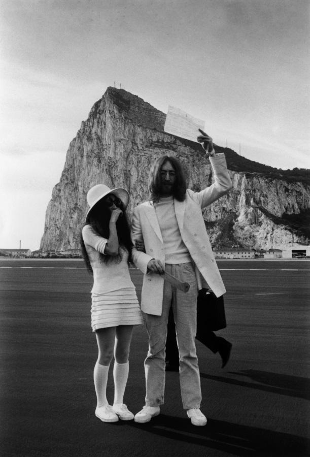 <p>Йоко Оно и Джон Ленън, и двамата облечени в бяло, с брачното им свидетелство след сватбата им в Гибралтар на 20 март 1969 г.</p>