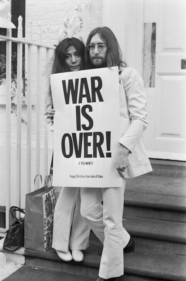 <p>Джон Ленън и Йоко Оно позират на стълбите на сградата Епъл в Лондон. Двамата държат един от плакатите, които разпространяват из големите градове в свеа, като част от протестната кампания срещу войната във Виетнам. На постера пише: &quot;Войната свършва, ако го искате&quot;. (1 декември 1969 г.)</p>