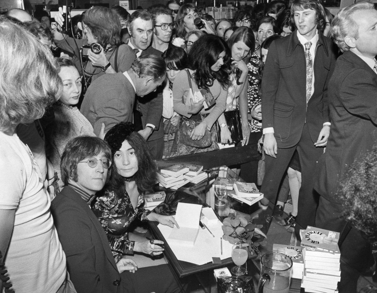 <p>Йоко Оно и Джон Ленън в универсалния магазин Селфриджис в Лондон, където родената в Япония Оно дава автографи върху новата си книга, озаглавена &quot;Грейпфрут&quot; (15 юли 1971 г.)</p>