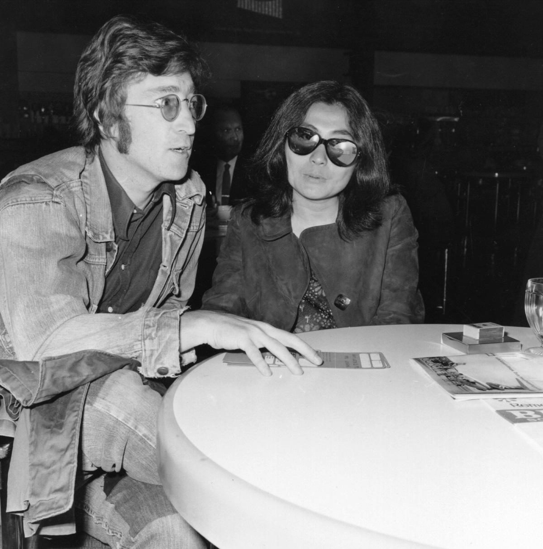 <p>Джон Ленън и Йоко Оно на летище Хийтроу на 14 май 1971 г.</p>