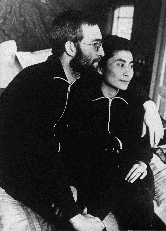 <p>Джон Ленън и съпругата му Йоко Оно в техния център на мира в северна Ютландия, Дания, където живеят отдадени на медиация. (24 януари 1970)</p>