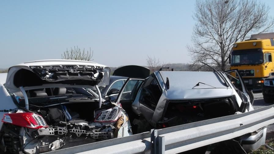 Две тежки верижни катастрофи с общо 21 коли край Пловдив