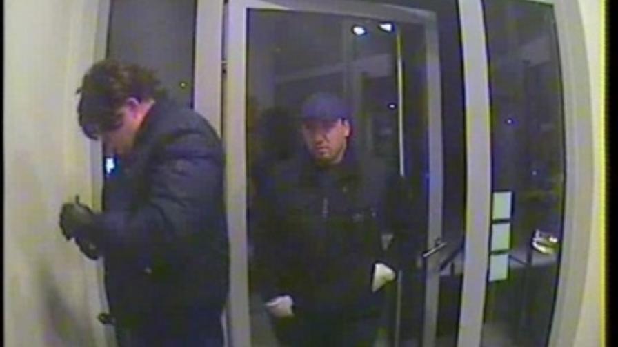 Полицията издирва двама мъже за кражба от банкомат